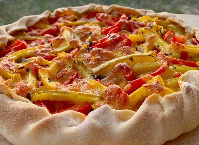Torta salata con mozzarella e peperoni